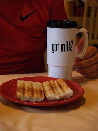 Cafe con leche y pan tostado
