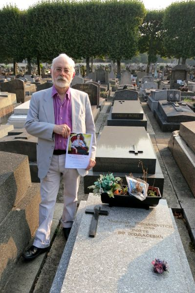 Peter Daniels at Khodasevich's grave, Boulogne-Billacourt nouveau cimetière, Paris (September 2013)