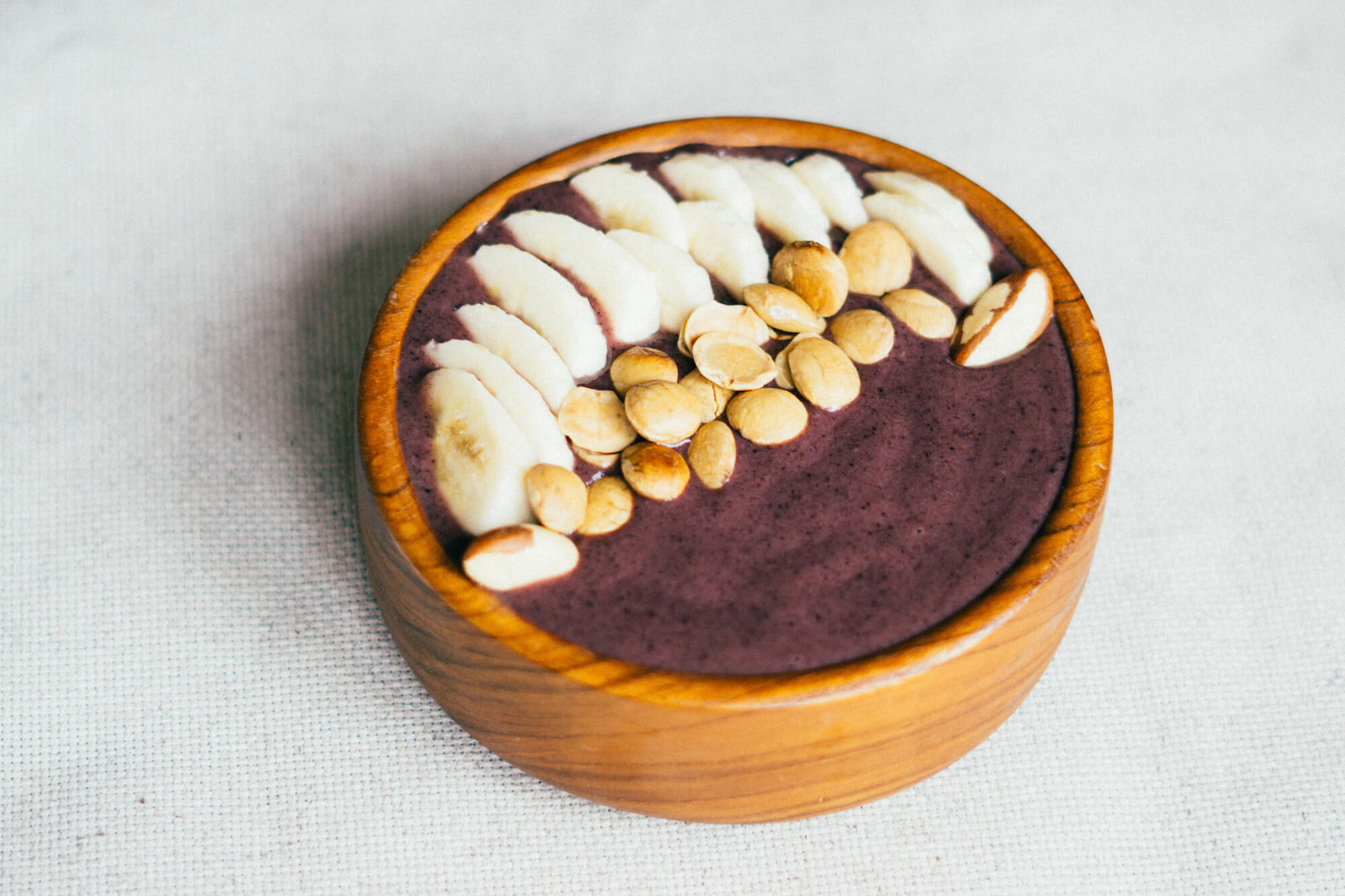 Recipe for an Amazonian açaí bowl with bananas and sacha inchi seeds